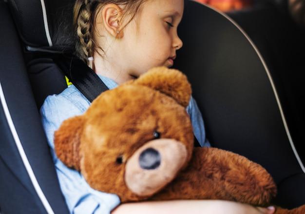 Kleines mädchen, das im auto schläft Premium Fotos