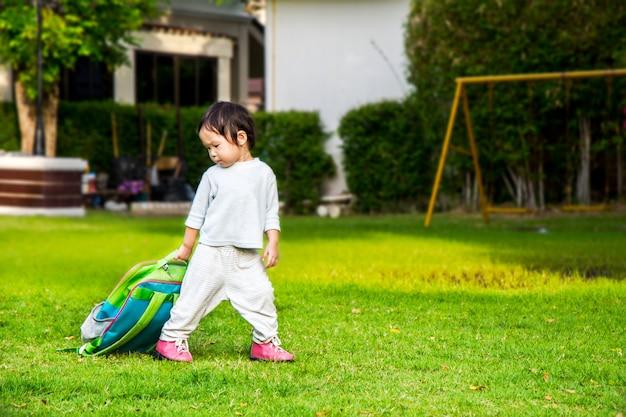 Kleines mädchen, das zu seinem ersten tag des kindergartens nach hause verlässt Premium Fotos