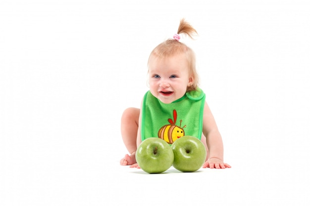 Kleines mädchen der netten schönheit im schellfisch mit äpfeln Premium Fotos