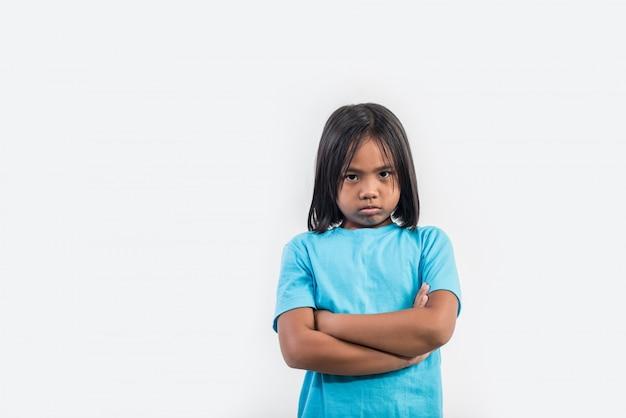 Kleines mädchen fühlen sich wütend in studioaufnahme Kostenlose Fotos