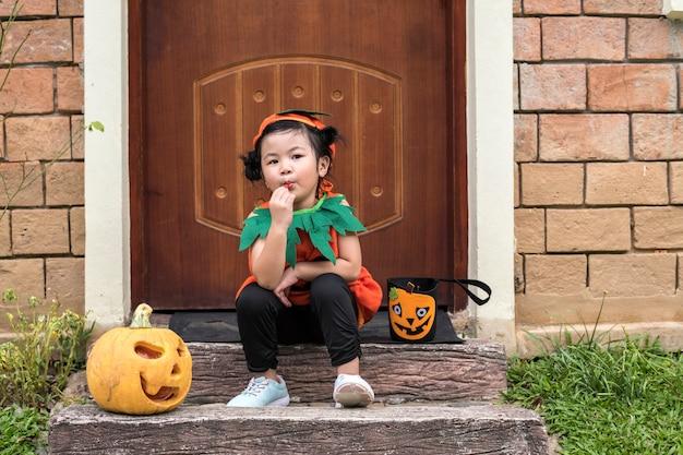 Kleines mädchen für halloween verkleidet Kostenlose Fotos