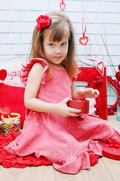Kleines mädchen im festlichen dekor für valentinstag Premium Fotos