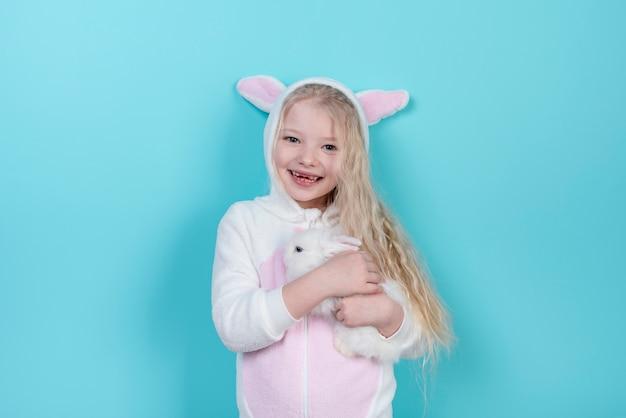 Kleines mädchen in den häschenohren mit kaninchen Kostenlose Fotos