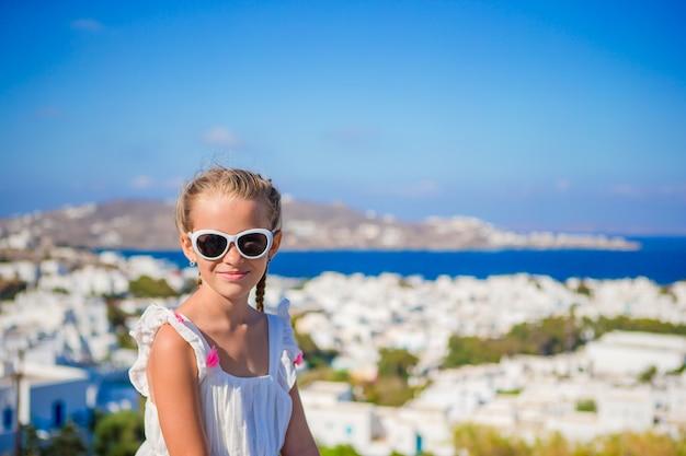Kleines mädchen in der europäischen stadt draußen auf mykonos-insel Premium Fotos