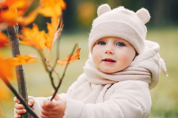 Kleines mädchen in einem herbstpark Kostenlose Fotos