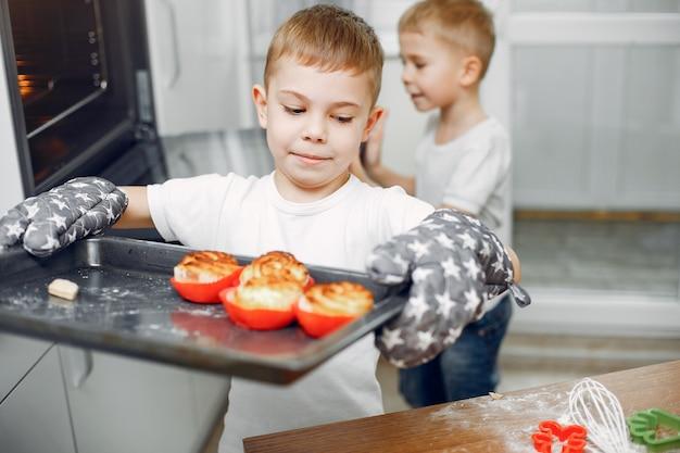 Kleines mädchen kochen den teig für kekse Kostenlose Fotos
