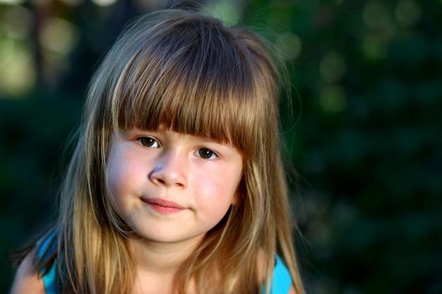 Kleines mädchen lächelt Premium Fotos