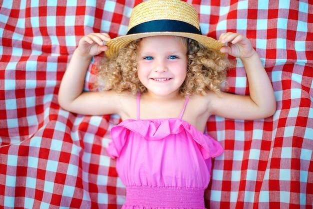 Kleines mädchen liegend auf che Premium Fotos