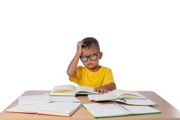 Kleines mädchen mit brille dachte und viele buchen auf dem tisch. zurück zu schulkonzept, Premium Fotos