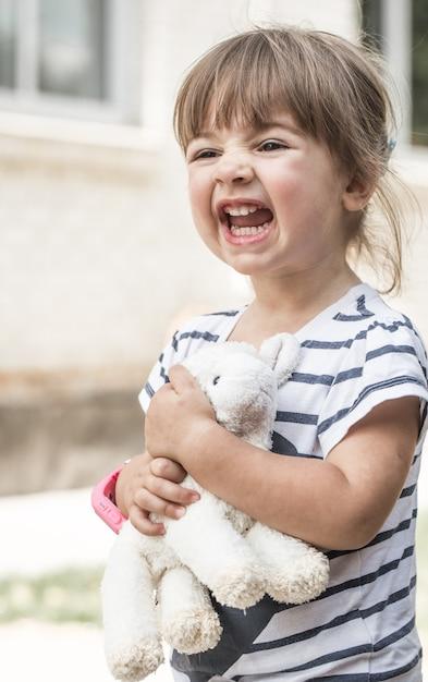 Kleines mädchen mit spielzeuglamm Kostenlose Fotos