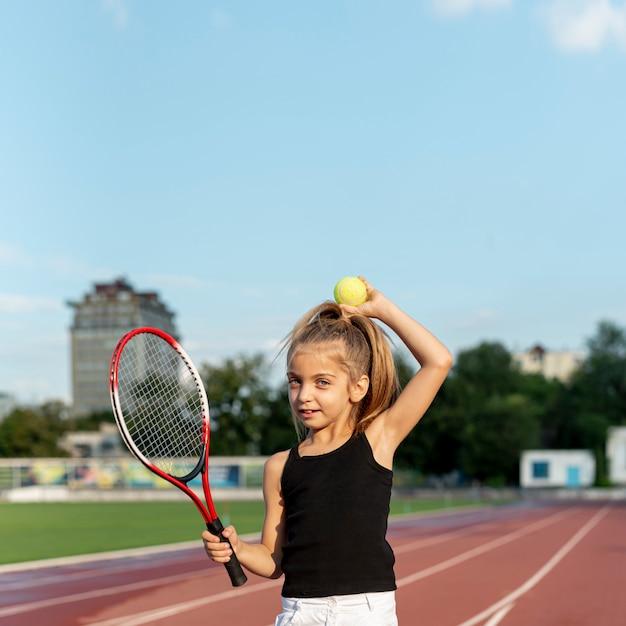Kleines mädchen mit tennisschläger Kostenlose Fotos