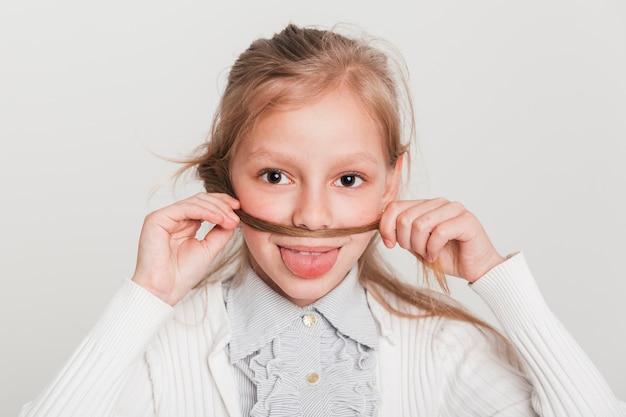 Kleines mädchen spielt mit ihren haaren Kostenlose Fotos
