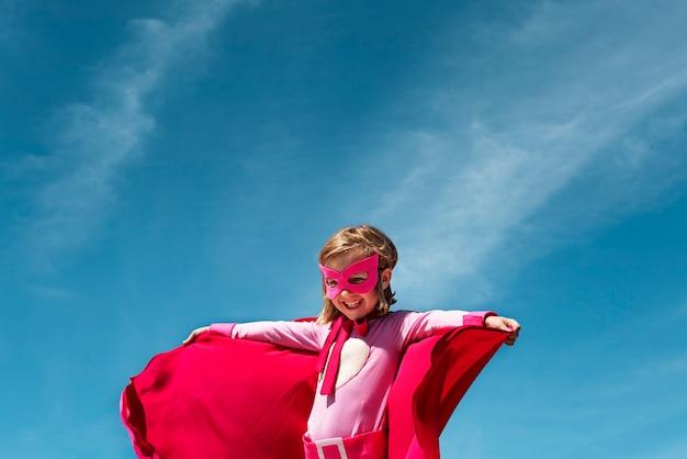 Kleines mädchen-superheld-konzept Premium Fotos