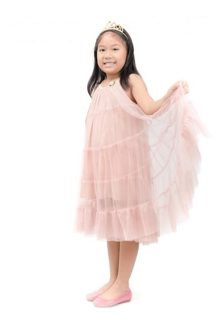 Kleines prinzessinlächeln im rosafarbenen kleid getrennt Premium Fotos