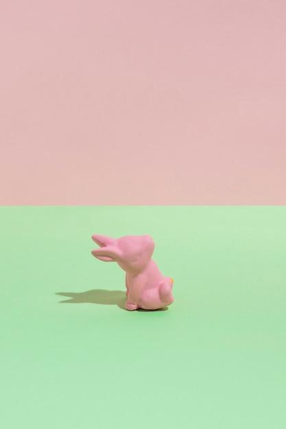 Kleines rosa spielzeugkaninchen auf grüner tabelle Kostenlose Fotos