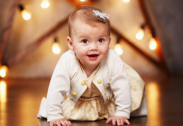 Kleines schönes mädchen in einem kleid Premium Fotos