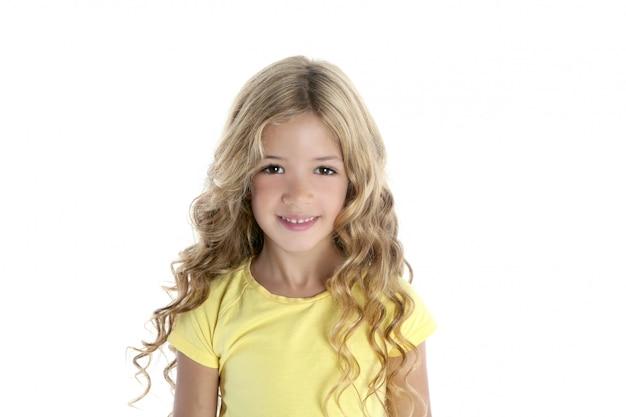 Kleines schönes mädchen mit gelbem t-shirt Premium Fotos