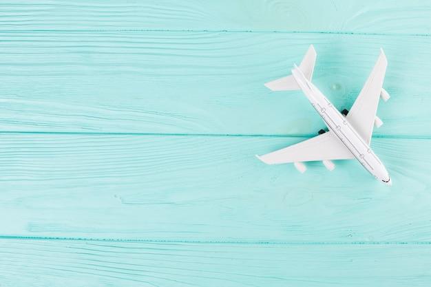 Kleines spielzeugflugzeug auf holz Kostenlose Fotos