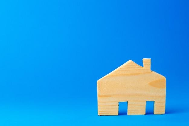 Kleines spielzeughausmodell aus holz hautnah geschnitzt Premium Fotos