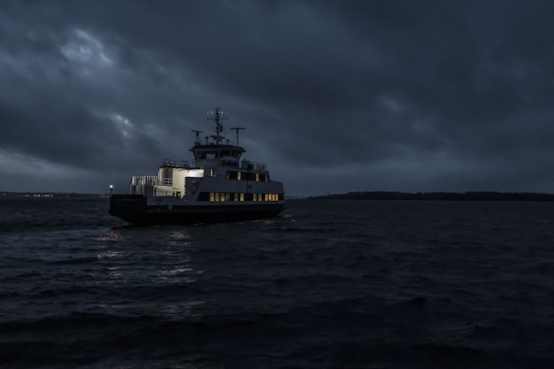 Kleines tourenboot, das nachts segelt Kostenlose Fotos