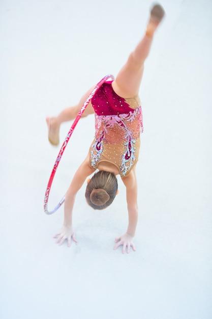 Kleines turnertraining auf dem teppich und bereitet für wettbewerbe vor Premium Fotos