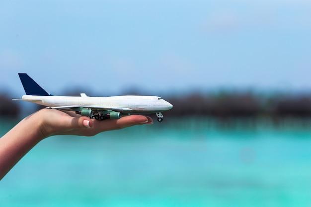 Kleines weißes spielzeugflugzeug von türkismeer Premium Fotos
