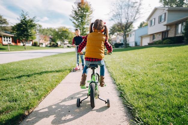Kleinkinder in einem herbstpark Kostenlose Fotos