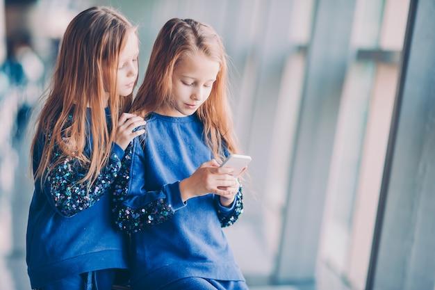 Kleinkinder zusammen im flughafenwarteinstieg Premium Fotos