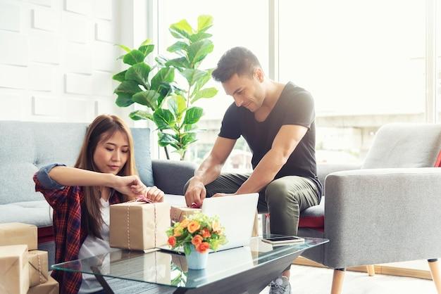 Kleinunternehmen und online-verkaufskonzept. Premium Fotos
