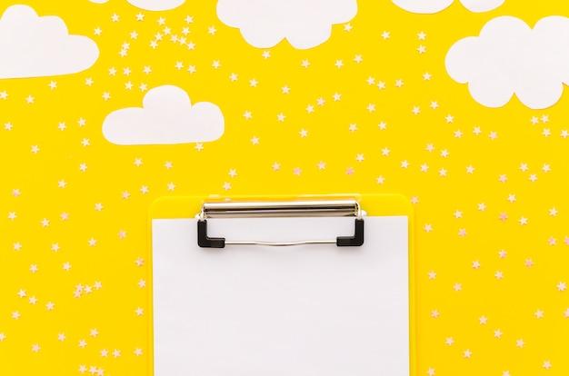 Klemmbrett mit papierwolken auf tabelle Kostenlose Fotos