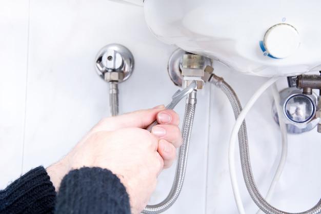 Klempner, der elektrischen warmwasserbereiter repariert Premium Fotos