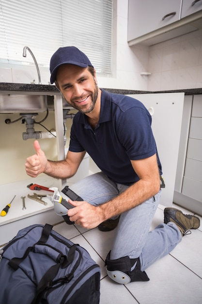 Klempner reparieren unter der spüle Premium Fotos