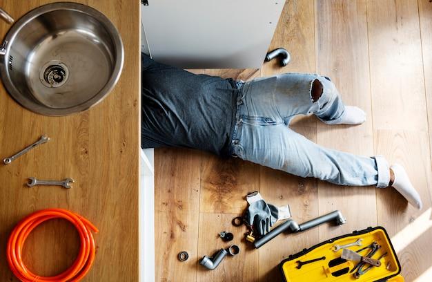 Klempnermann, der spülbecken repariert Premium Fotos