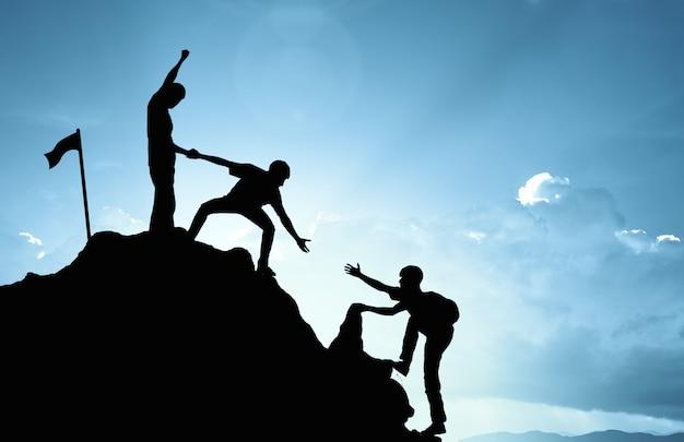Klettern helfen teamarbeit, erfolgskonzept Premium Fotos