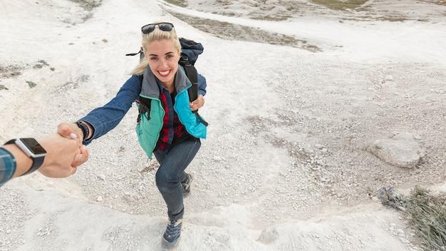 Kletternder berg der schönen frau Kostenlose Fotos