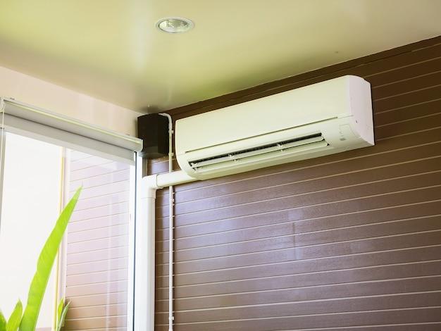 Klimaanlage an der braunen wand Premium Fotos