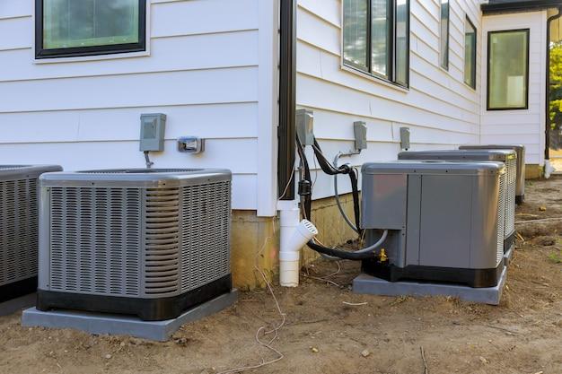 Klimaanlage außerhalb der fassade des neuen hauses installiert Premium Fotos