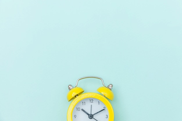 Klingeln des klassischen weckers der doppelglockenweinlese lokalisiert auf blauem buntem modischem pastellhintergrund. ruhezeiten lebenszeit gutenmorgens nacht wachen waches konzept auf. draufsicht-kopienraum der flachen lage. Premium Fotos