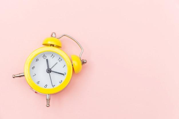 Klingeln des klassischen weckers der doppelglockenweinlese lokalisiert auf rosa buntem modischem pastellhintergrund. ruhezeiten lebenszeit gutenmorgens nacht wachen waches konzept auf. draufsicht-kopienraum der flachen lage. Premium Fotos
