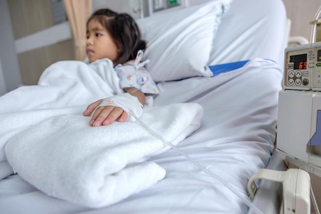 Klinik heilen kind fluids blut intravenös Premium Fotos
