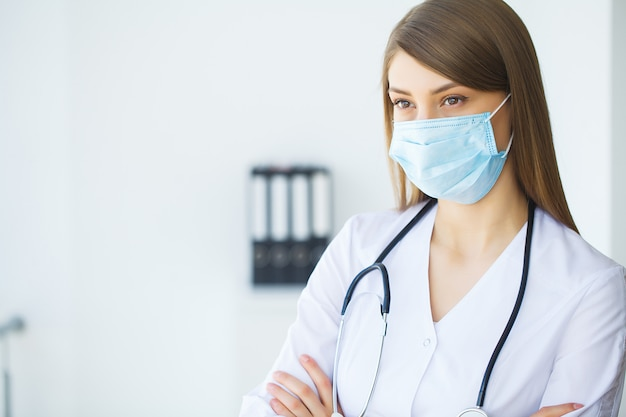 Klinik. lächelnder junger doktor im krankenhausflur Premium Fotos