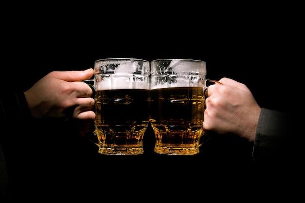 Klirren gläser mit bier Premium Fotos