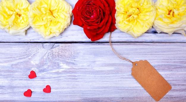Knospen von rosen und von papier etikettieren auf einem seil Premium Fotos
