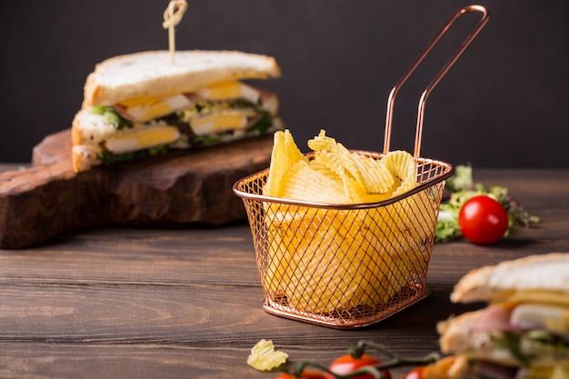 Knusprige kartoffelchips im kupfernen korb Premium Fotos