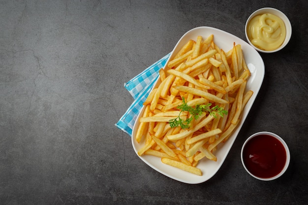 Knusprige pommes frites mit ketchup und mayonnaise. Kostenlose Fotos
