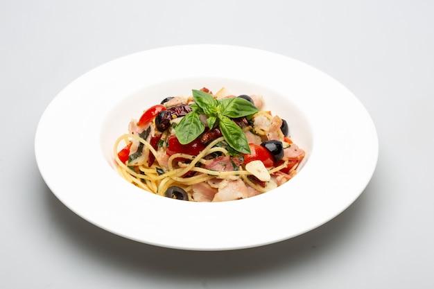 Knusprige speckspaghetti mit gewürzen Premium Fotos