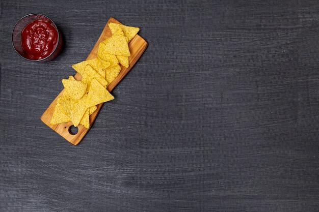 Knusprige traditionelle nachos mit tomatendip Kostenlose Fotos