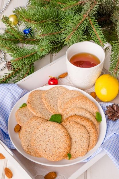 Knusprige vanille mandel cookies auf einem teller für weihnachten und neujahr Premium Fotos