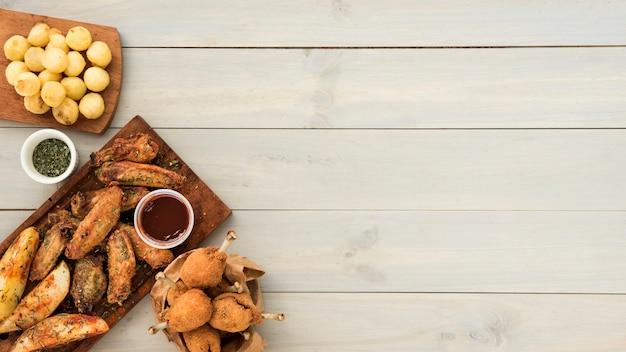 Knuspriger hühnersnack mit sauce und kartoffeln Kostenlose Fotos