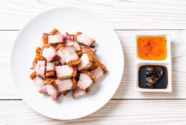 Knuspriger schweinebauch Premium Fotos